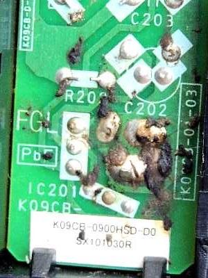 電気基盤に付着したゴキブリの糞尿